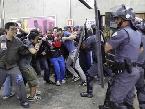 Cảnh sát Brazil trấn áp người biểu tình ở nhà ga xe điện ngầm TP Sao Paulo hôm 6-6  Ảnh: BBC