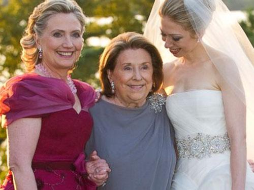 Bà Hillary Clinton (trái) cùng mẹ tại đám cưới con gái Chelsea năm 2010Ảnh: AP