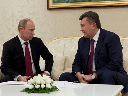Tổng thống Putin (trái) xác nhận đã giúp cựu Tổng thống Ukraine Viktor Yanukovych chạy trốn Ảnh: PRESIDENT.GOV.UA
