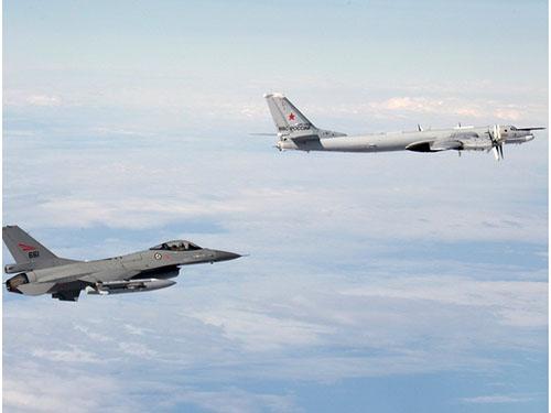 Không quân Na Uy hôm 29-10 công bố ảnh máy bay chiến đấu F-16AM của nước này (trái) bám sát chiếc Tu-95MS của NgaẢnh: EPA