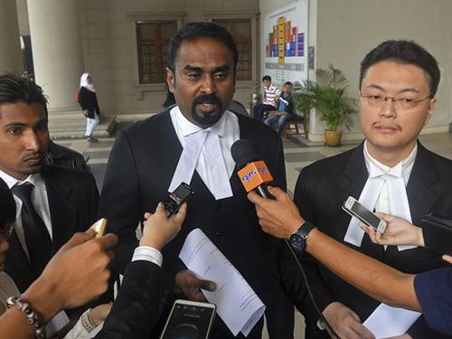Luật sư Arunan Selvaraj (giữa) trao đổi với các nhà báo bên ngoài tòa án ở Kuala Lumpur- Malaysia ngày 31-10 Ảnh: AP