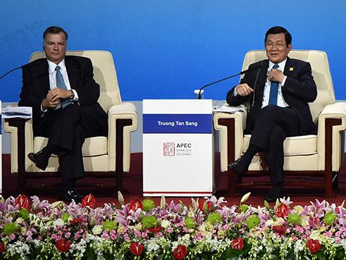 Chủ tịch nước Trương Tấn Sang và ông Greg Boyce, Chủ tịch Tập đoàn năng lượng Peabody, trong một cuộc đối thoại tại Hội nghị thượng đỉnh doanh nghiệp APEC 2014 ngày 10-11Ảnh: REUTERS