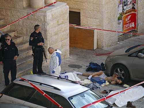 Cảnh sát đứng gần thi thể nghi phạm vụ tấn côngẢnh: Reuters