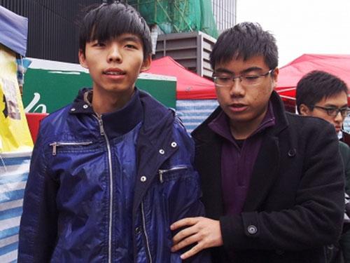Joshua Wong được dìu đi vệ sinh ngày 4-12 Ảnh: SCMP