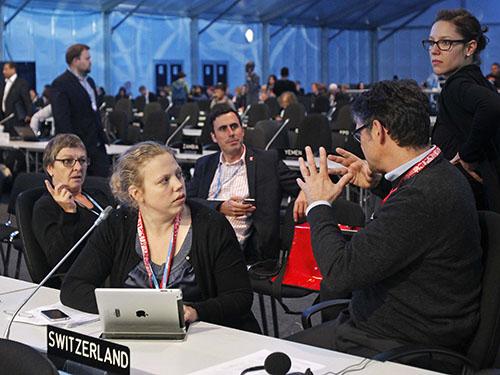 Các đại biểu thảo luận tại hội nghị về biến đổi khí hậu của Liên Hiệp Quốc tại Peru hôm 13-12 Ảnh: Reuters