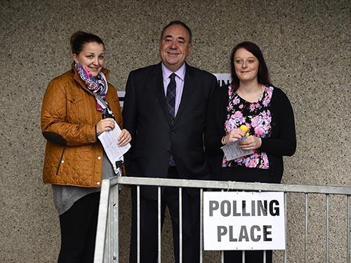 Thủ hiến Scotland Alex Salmondcùng 2 nữ cử tri đi bỏ phiếu tại làng StrichenẢnh: Reuters