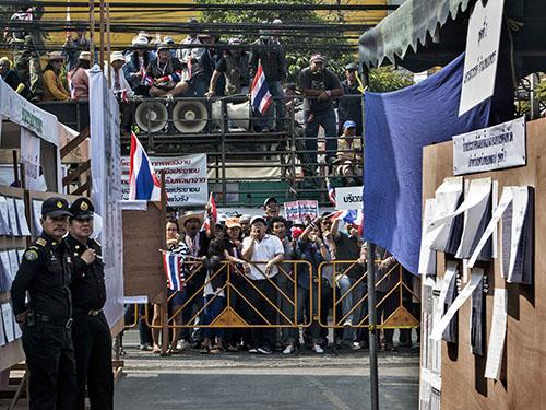 Người biểu tình phong tỏa lối vào một điểm bỏ phiếu sớm ở trung tâm Bangkok ngày 26-1Ảnh: REUTERS