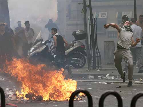 Những người ủng hộ Palestine đối đầu với cảnh sát tại cuộc biểu tình ở Paris - Pháp hôm 19-7Ảnh: Reuters