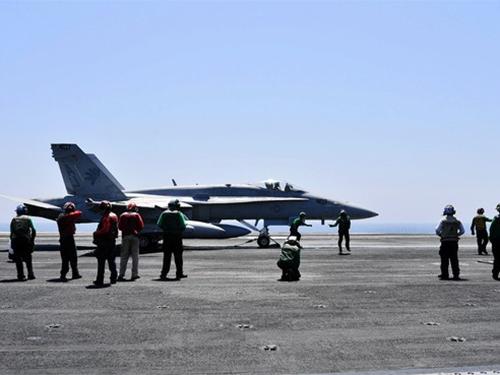 Máy bay Mỹ chuẩn bị phóng đi từ tàu sân bay USS George H.W. Bush để tấn công các mục tiêu ở Iraq Ảnh: EPA