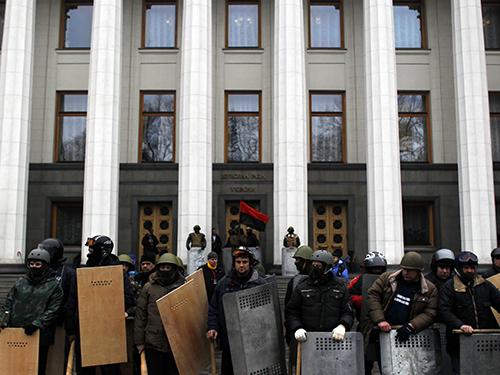 Người biểu tình chống chính phủ trấn giữ trước Quốc hội Ukraine ở Kiev hôm 22-2Ảnh: AP