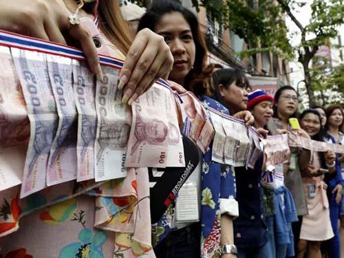 Nhân viên văn phòng xếp hàng quyên tiền cho người biểu tình chống chính phủ ở Bangkok hôm 7-2Ảnh: The Nation