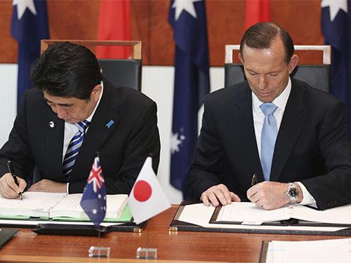 Thủ tướng Nhật Bản Shinzo Abe (trái) và Thủ tướng Úc Tony Abbott ký các thỏa thuận hợp tác thương mại và quốc phòng Ảnh: Reuters