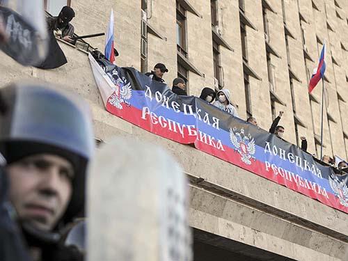 """Người biểu tình trương biểu ngữ lớn mang dòng chữ """"Cộng hòa Donetsk"""" tại tòa nhà chính quyền địa phươngẢnh: REUTERS"""