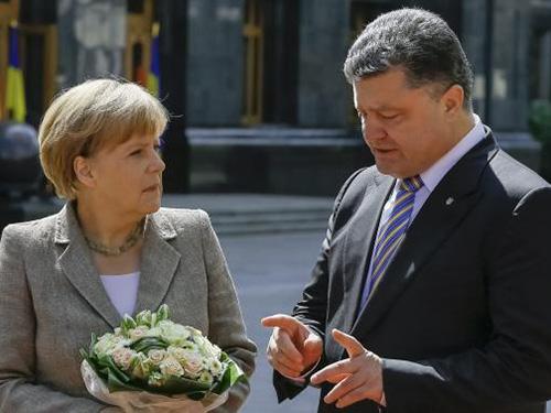 Thủ tướng Đức Angela Merkel gặp Tổng thống Ukraine Petro Poroshenko trong chuyến thăm Kiev hôm 23-8. Ảnh: Reuters