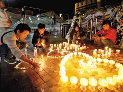Người dân cầu nguyện cho các nạn nhân ngày 3-3 Ảnh: CHINA NEWS