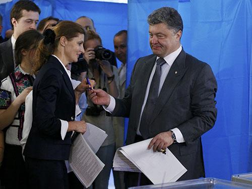 Ứng viên tổng thống Petro Poroshenko (phải) đi bỏ phiếuẢnh: Reuters