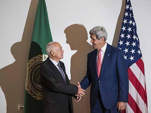 Tổng thư ký Liên đoàn Ả Rập Nabil al-Arabi (trái) và Ngoại trưởng MỹJohnKerrytại Cairo hôm 13-9  Ảnh: Reuters