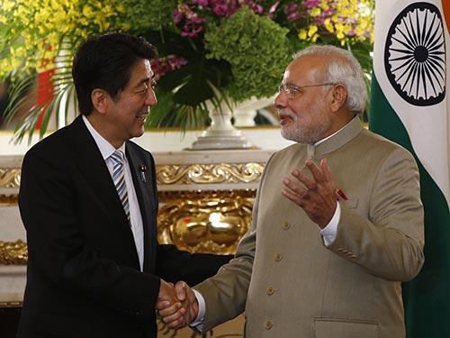 Thủ tướng Nhật Bản Shinzo Abe (trái) tiếp người đồng cấp Ấn Độ Narendra Modi hôm 1-9.Ảnh: Reuters