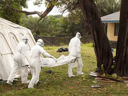 Một nạn nhân của Ebola được đem đi chôn cất ở Foya - LiberiaẢnh: Reuters
