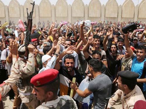 Người dân Iraq tụ tập tại trung tâm tuyển quân ở Baghdad  xin gia nhập quân đội chống lại phiến quânẢnh: AP