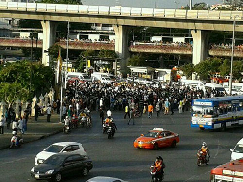 Người biểu tình chống đảo chính kéo nhau ra Tượng đài Chiến thắng ở Bangkok chiều 24-5 Ảnh: THE BANGKOK POST