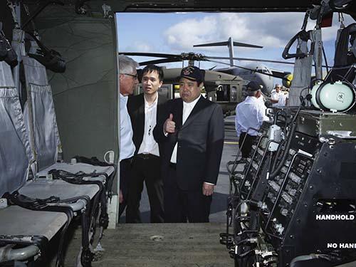 Bộ trưởng Quốc phòng Phùng Quang Thanh tham quan căn cứ không quân Hickam ở HawaiiẢnh: Reuters
