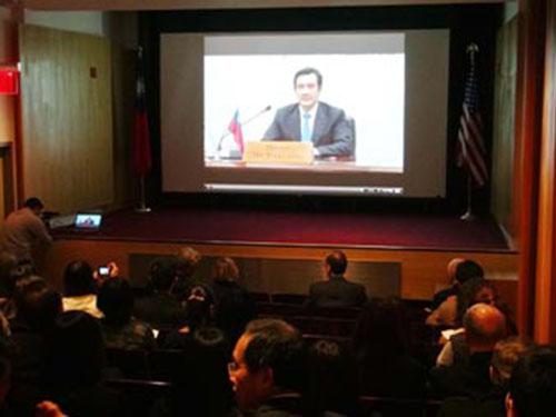 Lãnh đạo Mã Anh Cửu trao đổi với các chuyên gia Mỹ trong một hội nghị truyền hình tối 9-4 Ảnh: CNA