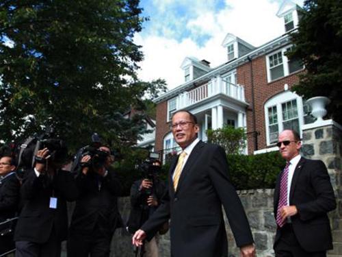 Tổng thống Philippines Benigno Aquino ghé thăm nhà cũ trên đại lộ Commonwealth ở Newton - Mỹ Ảnh: INQUIRER