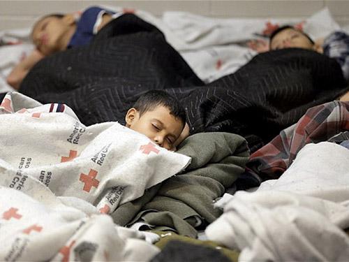 Trẻ em nhập cư trái phép chen chúc trong một cơ sở tại bang Texas - MỹẢnh: AP