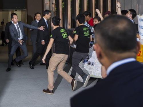 Sinh viên Hồng Kông lao tới chỗ Đặc khu trưởng Lương Chấn Anh khi ông rời trụ sở chính quyền đặc khu ngày 23-9Ảnh: REUTERS