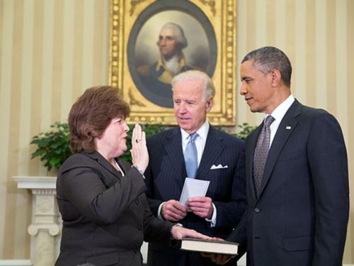 Giám đốc Sở Mật vụ Julia Pierson và Tổng thống Mỹ Barack Obama (phải) Ảnh: NHÀ TRẮNG