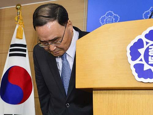 Thủ tướng Chung Hong-won sau khi thông báo quyết định từ chức hôm 27-4 Ảnh: Reuters