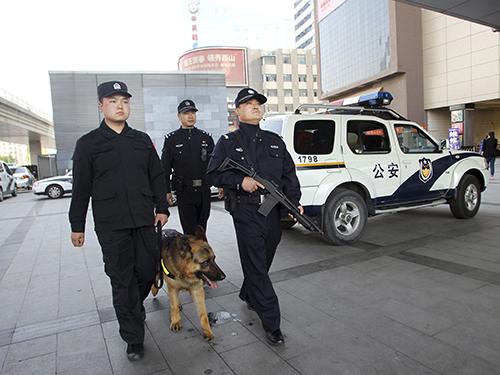 Cảnh sát tuần tra ở Bắc Kinh hôm 12-5 Ảnh: Reuters