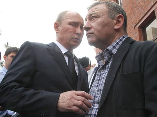 """Tổng thống Nga Vladimir Putin (trái) và tỉ phú Arkady Rotenberg, người có tên trong """"danh sách đen"""" của MỹẢnh: THE NEW YORKER"""