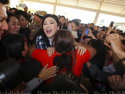 Thủ tướng tạm quyền Yingluck Shinawatra được chào đón nồng nhiệt ở Chiang Mai hôm 27-2Ảnh: Bangkok Post