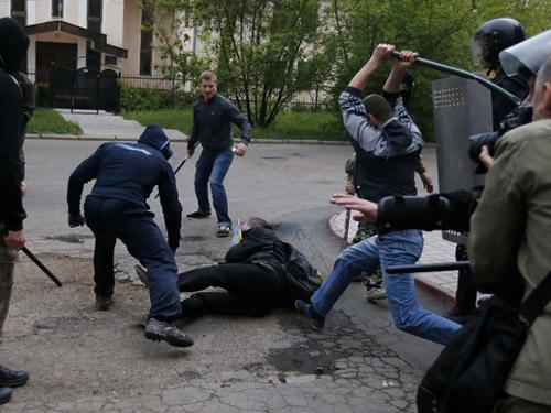 Hàng chục người bị thương sau cuộc đụng độ giữa người đòi ly khai và người ủng hộ ở Kiev tại Donetsk tối 28-4Ảnh: REUTERS