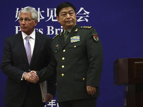 Ông Chuck Hagel (trái) và Bộ trưởng Quốc phòng Trung Quốc Thường Vạn Toàn nhìn về 2 hướng trong cuộc họp báo ở Bắc Kinh ngày 8-4Ảnh: Reuters