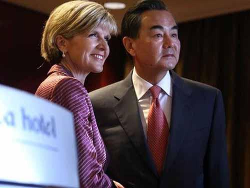 Ngoại trưởng Trung Quốc Vương Nghị (phải) và người đồng cấp Úc Julie Bishop  Ảnh: Sydney Morning Herald