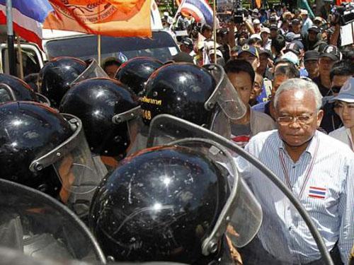 Ông Suthep Thaugsuban dẫn đầu cuộc biểu tình tại nơi quyền Thủ tướng Niwattumrong Boonsongpaisan họp ngày 15-5Ảnh: REUTERS