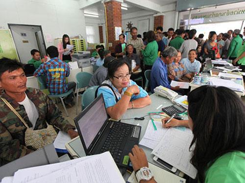 Nông dân nhận tiền tại một chi nhánh của BAAC hôm 26-5 Ảnh: Bangkok Post