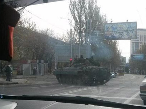 Xe tăng của phe ly khai trên đường phố Donetsk ngày 24-10Ảnh: 62.UA