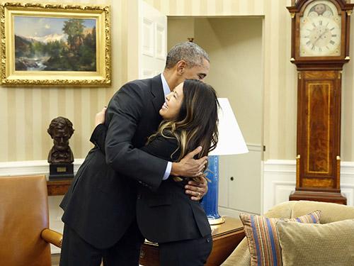 Tổng thống Mỹ Barack Obama không ngần ngại ôm chúc mừng nữ y tá vừa khỏi bệnh Ebola Ảnh: REUTERS