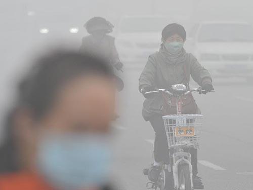 Sương mù bao phủ một con đường ở TP Thiên Tân hôm 25-10 Ảnh: Tân Hoa Xã