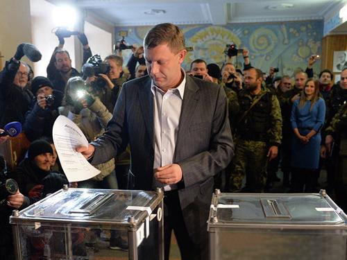 Thủ tướng DPR tự xưng Alexander Zakharchenko bỏ phiếu ở DonetskẢnh: RIA NOVOSTI