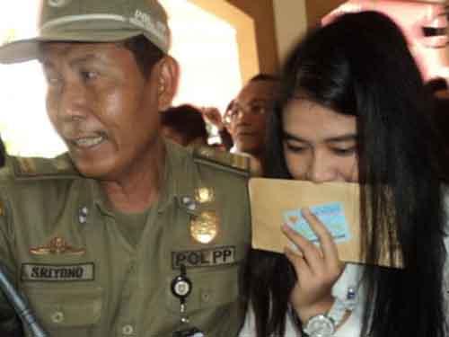 Cô Kahiyang Ayu, con gái Tổng thống Joko Widodo, đi thi công chức ở TP Solo hôm 23-10 Ảnh: VOA