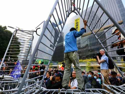 Chướng ngại vật được tháo dỡ ở khu vực Admiralty ngày 18-11Ảnh: SCMP
