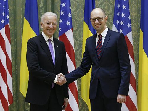 Phó Tổng thống Mỹ Joe Biden (trái) gặp gỡ Thủ tướng Ukraine Arseniy Yatsenyuk ngày 21-11 Ảnh: REUTERS