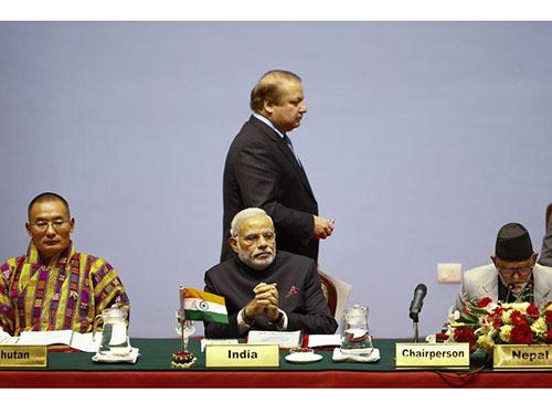 Thủ tướng Pakistan Nawaz Sharif (đứng) đi ngang sau lưng Thủ tướng Ấn Độ Narendra Modi (giữa) hôm 26-11. Căng thẳng giữa 2 nước được cho là khiến hội nghị không thành công Ảnh: REUTERS