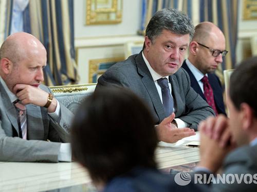 Tổng thống Petro Poroshenko (giữa) có quan điểm trái ngược với Thủ tướng Arsen Yatsenyuk (phải) và Thư ký Hội đồng An ninh và Quốc phòng quốc gia Oleksandr Turchynov về phương thức giải quyết xung đột ở miền ĐôngẢnh: RIA NOVOSTI
