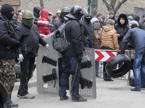 Những người ủng hộ chế độ liên bang ở Slavyansk dựng các rào chắn khắp thành phốẢnh: AP